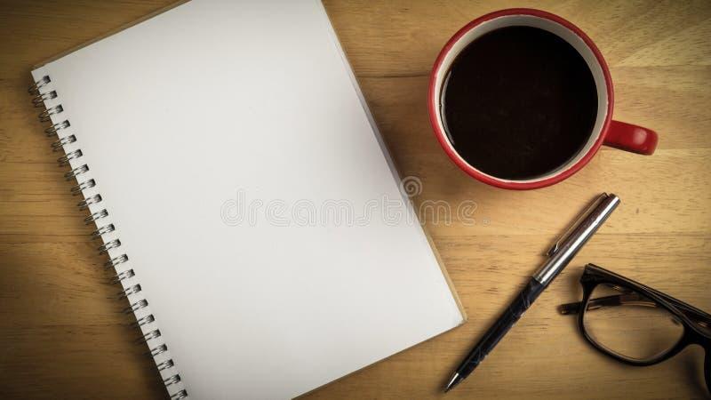 Unkosten des Notizblockes und des Stiftes und des Kaffees stockbilder