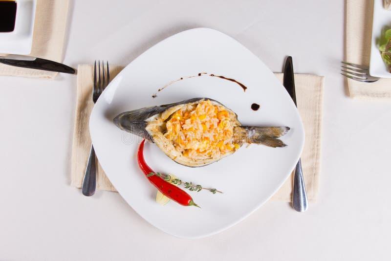 Unkosten des Reis angefüllten Fischgerichtes stockfoto