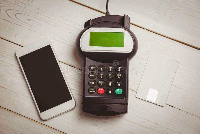 Unkosten des Stiftanschlusses und des Smartphone lizenzfreie stockfotografie