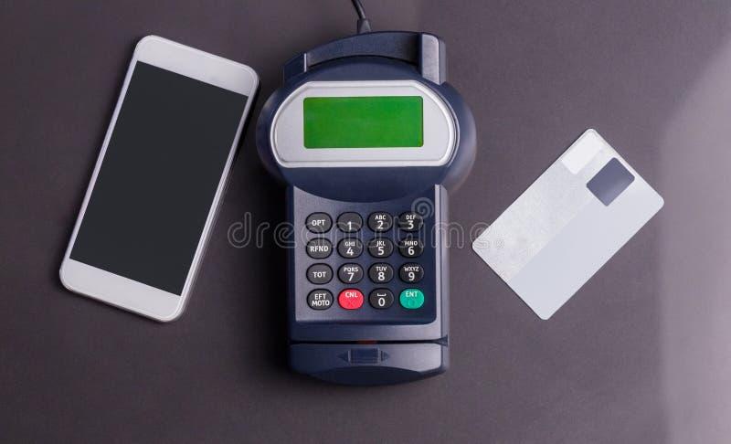 Unkosten des Stiftanschlusses und des Smartphone lizenzfreies stockbild