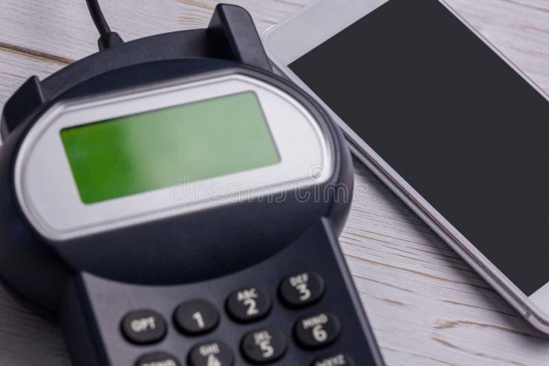 Unkosten des Stiftanschlusses und des Smartphone stockfotografie
