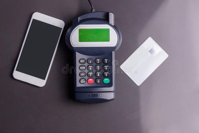 Unkosten des Stiftanschlusses und des Smartphone stockfoto