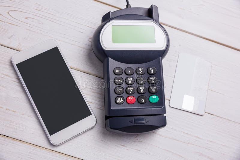 Unkosten des Stiftanschlusses und des Smartphone stockfotos