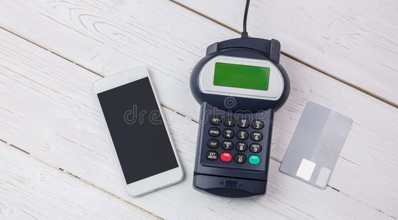 Unkosten des Stiftanschlusses und des Smartphone lizenzfreie stockbilder