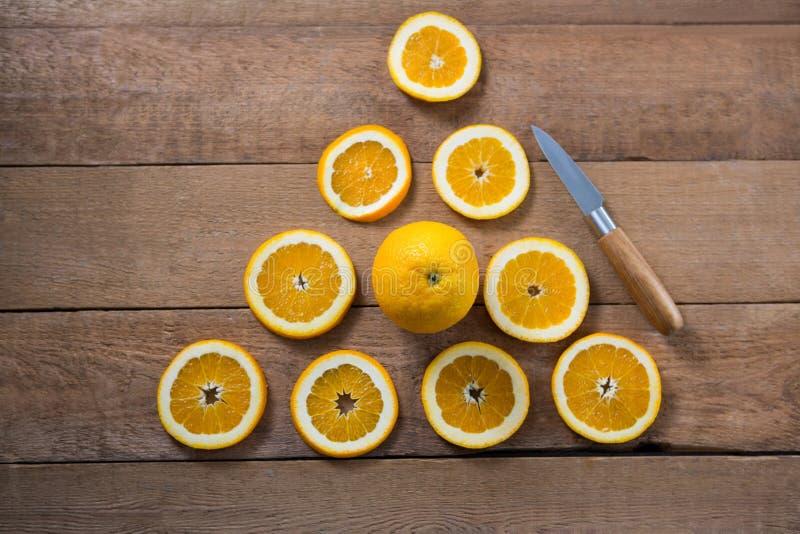 Unkosten von den Orangen, die eine Dreieckform bilden lizenzfreie stockbilder