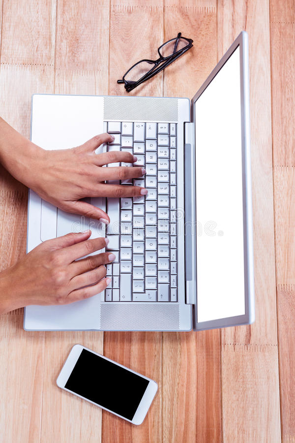 Unkosten von den weiblichen Händen, die auf Laptop schreiben lizenzfreies stockbild