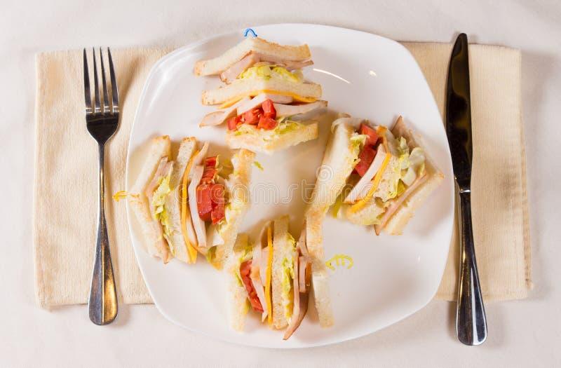 Unkosten von dreifachem Decker Sandwich auf Platte lizenzfreies stockfoto