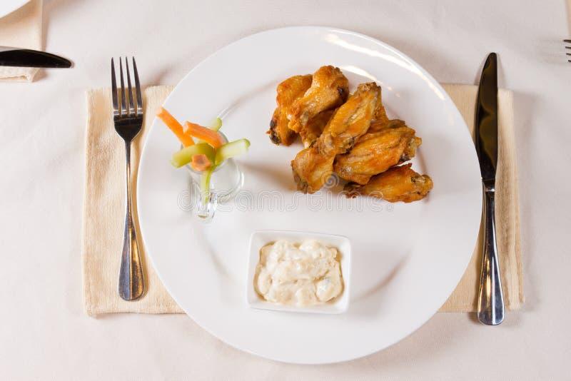Unkosten von Hühnerflügeln auf Platte lizenzfreies stockfoto