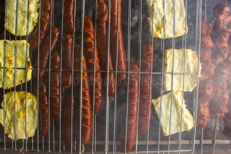 Unkosten von Würsten und von halloumi Käse auf dem ersten BBQ stockfoto