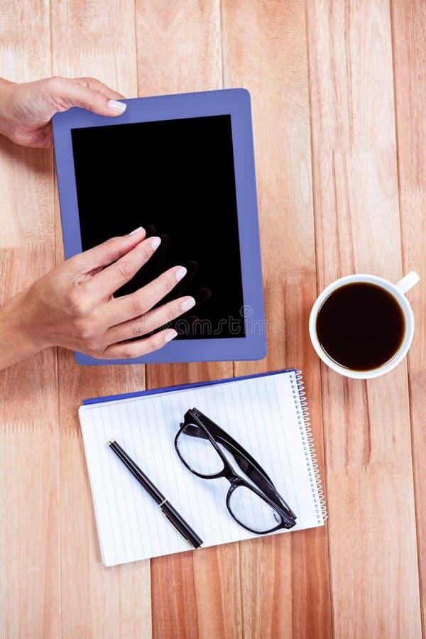 Unkosten von weiblichen Händen unter Verwendung der Tablette stockbild