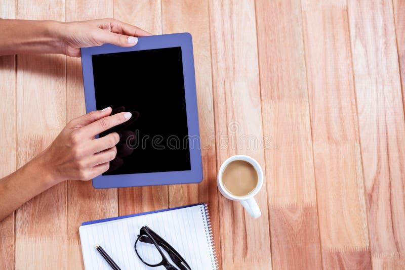 Unkosten von weiblichen Händen unter Verwendung der Tablette lizenzfreies stockbild