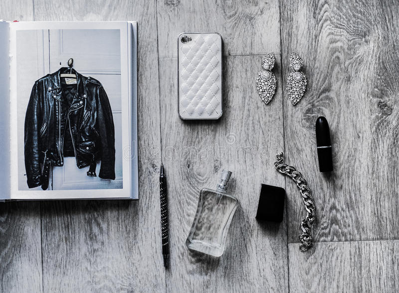 Unkosten von Wesensmerkmale wenden in einem Mode Blogger ein stockbild
