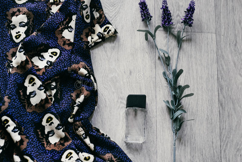 Unkosten von Wesensmerkmale wenden in einem Mode Blogger ein lizenzfreies stockbild