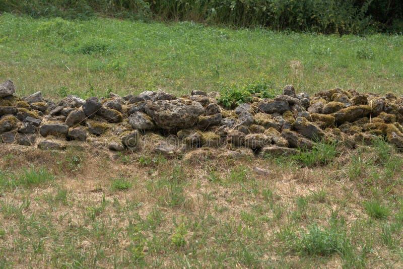 Unmortared粗砺,未使用的石头散石墙壁  库存图片