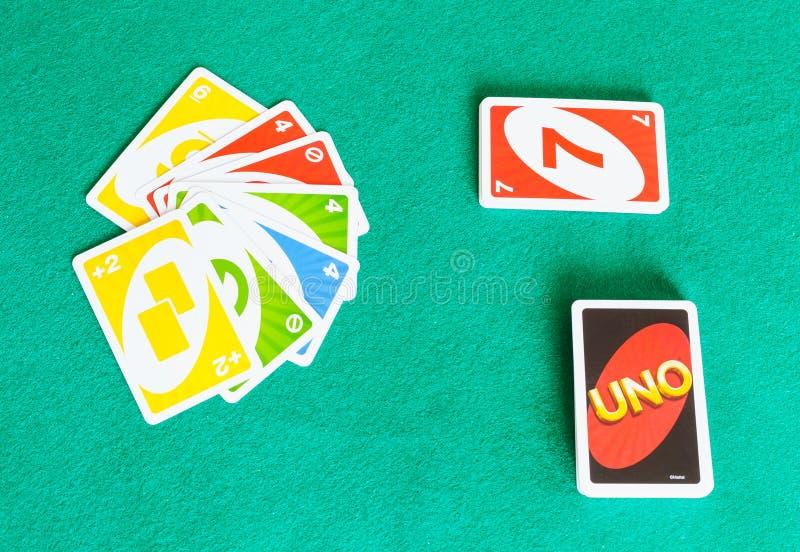 UNO在绿色台面呢桌上的打牌Gameboard  免版税库存照片