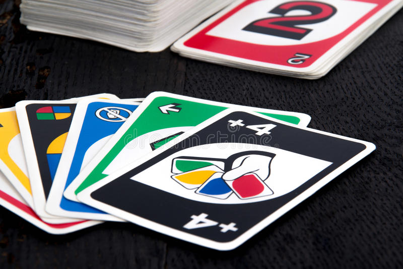 Uno在黑桌上的打牌 库存图片