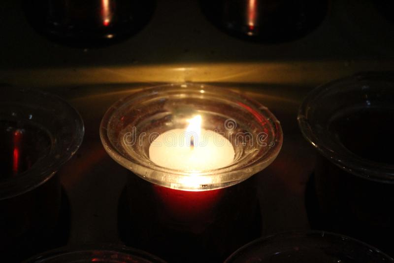 Uno acceso candela immagine stock