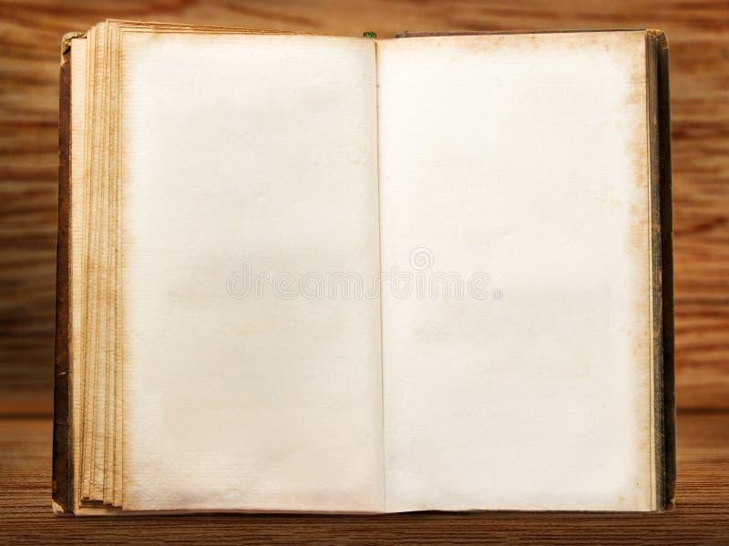 Uno apre il libro d'annata in bianco fotografie stock libere da diritti