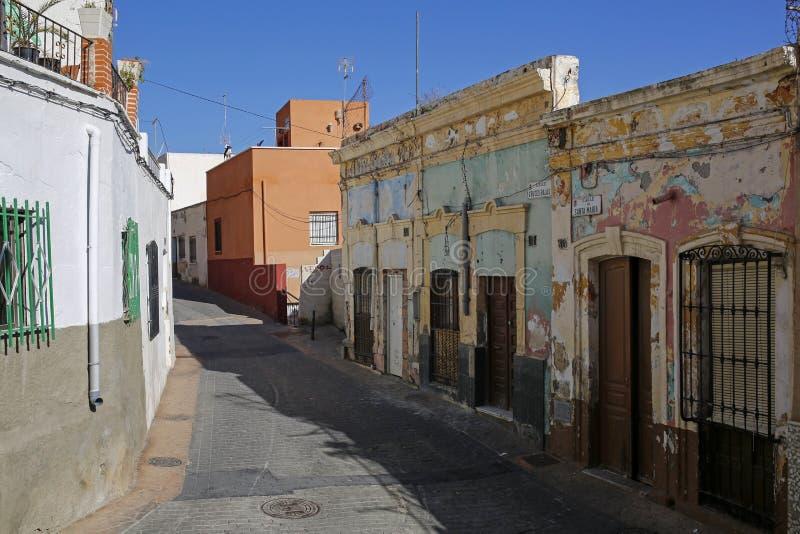 Uno de encantar, edificio coorful del ingenio estrecho de la calle en Almería, España foto de archivo