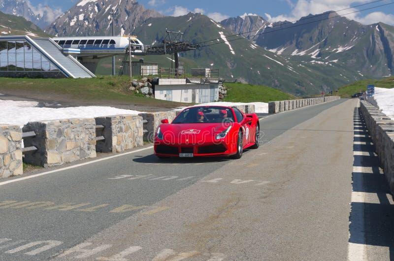 Uno de Ferrari rojo participa en el acontecimiento 2018 de la CABALGATA a lo largo de t foto de archivo libre de regalías
