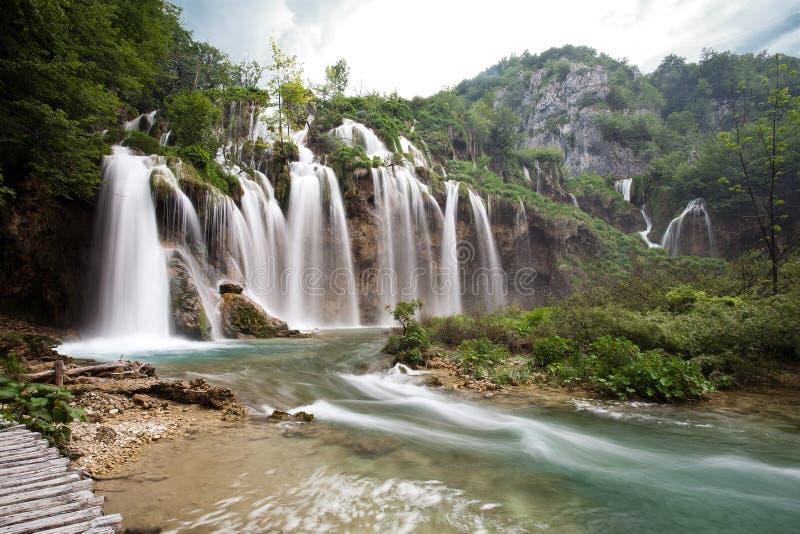 Uno de la cascada más hermosa del parque nacional de los lagos Plitvice en Croacia imagen de archivo