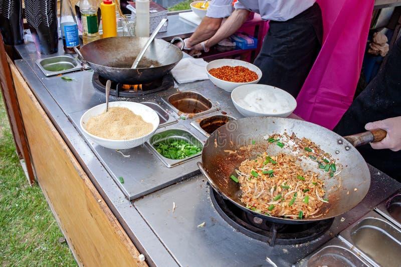 Uno de la mayoría de los alimentos de preparación rápida del favorito y de la calle tailandesa asiática famosa en cacerola calien foto de archivo libre de regalías