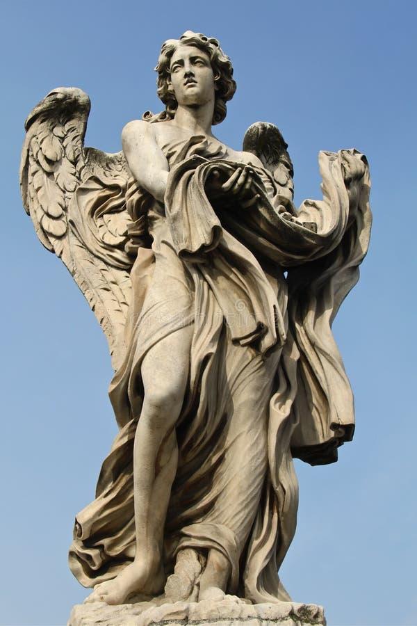 Uno de los ángeles en el Ponte Sant'Angelo fotografía de archivo