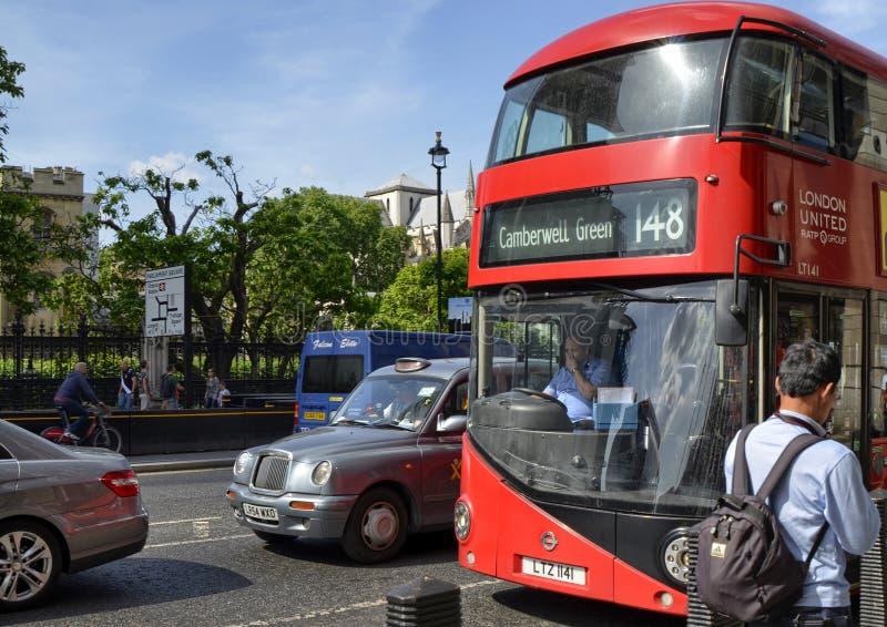 Uno de los autobuses de dos plantas típicos de Londres foto de archivo libre de regalías