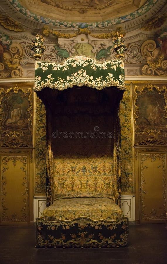 Uno de los dormitorios rico adornados en el Museo Nazionale di Palazzo Mansi en Lucca, Italia foto de archivo libre de regalías