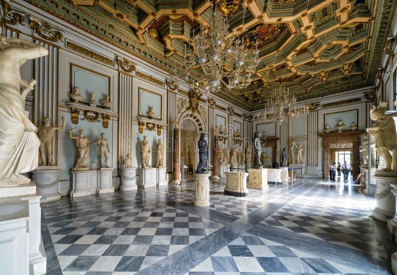 Uno de los pasillos del museo de Capitoline en Roma imágenes de archivo libres de regalías