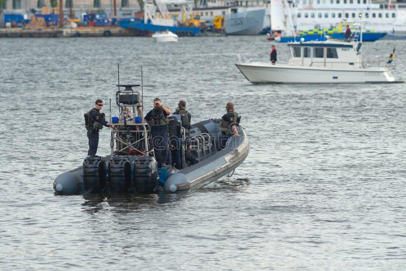 Uno de los saftyboats que siguen el barco de vapor Estocolmo con el weddingparty al castillo de Drottningholms fotos de archivo