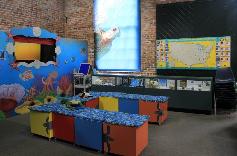 Uno de muchos cuartos educativos en donde los visitantes aprenden sobre el cuidado de las criaturas del mar, centro de la tortuga imagen de archivo libre de regalías