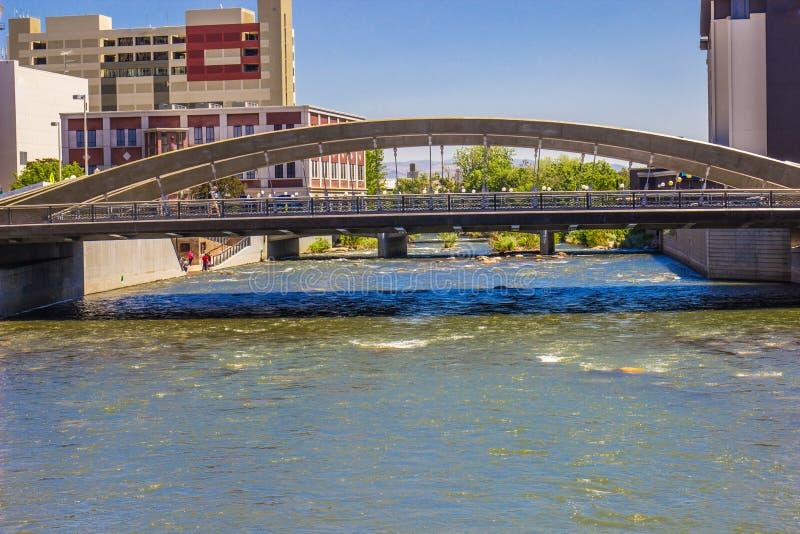 Uno de muchos puentes que cruzan el río Truckee en Reno céntrico, fotos de archivo libres de regalías