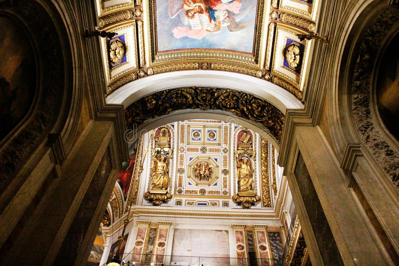 Uno degli arché della cattedrale del ` s della st Isaac di St Petersburg fotografia stock