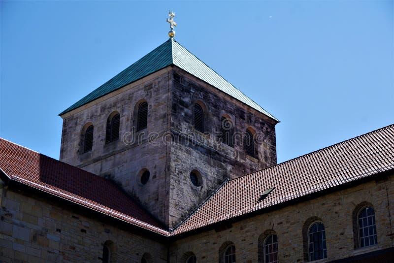 Uno dei campanili della chiesa di St Michael a Hildesheim fotografia stock libera da diritti