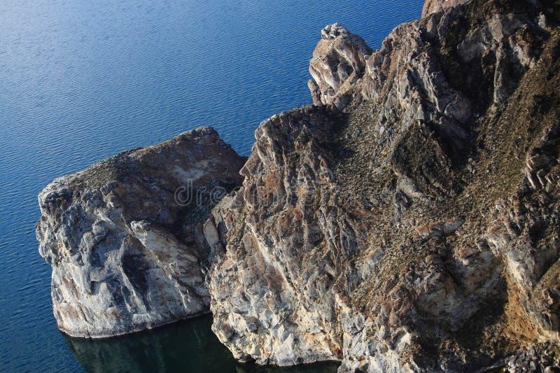 Uno dei capi di pietra sul lago Baikal immagini stock