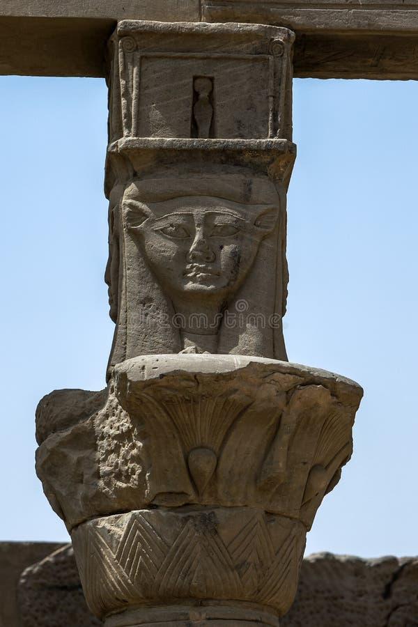 Uno dei capitali di Hathor sulle colonne del papiro nel tempio di Nectanebo su Philae (isola di Agilqiyya) nell'Egitto fotografie stock libere da diritti