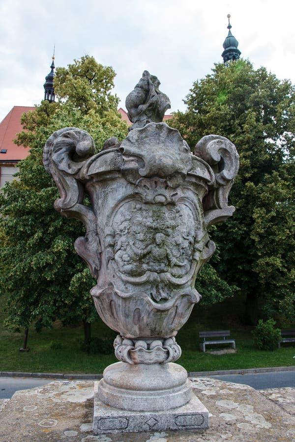 Uno dei quattro grandi vasi di pietra sulle pareti del cimitero nel villaggio Strilky immagini stock