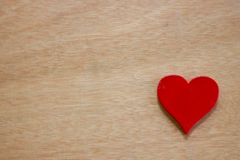 Uno del cuore rosso sul legno della tavola fotografia stock libera da diritti