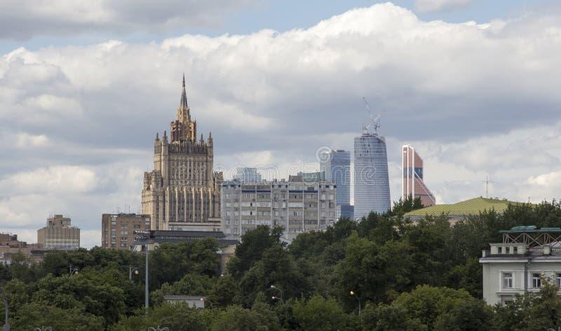 Uno del Ministerio de Asuntos Exteriores estalinista de siete rascacielos de Rusia foto de archivo