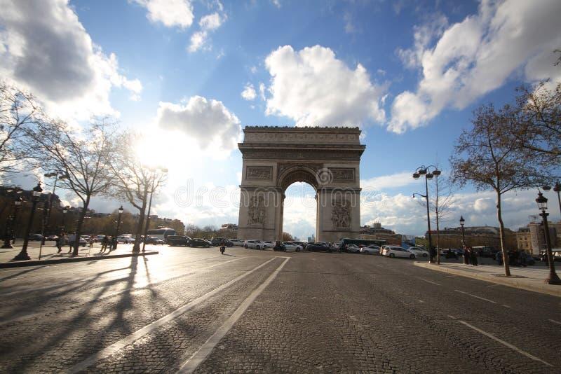 Uno del punto di riferimento più attraente per turismo a Parigi, la Francia, Arc de Triomphe, Europa, giorno soleggiato, monument fotografia stock libera da diritti