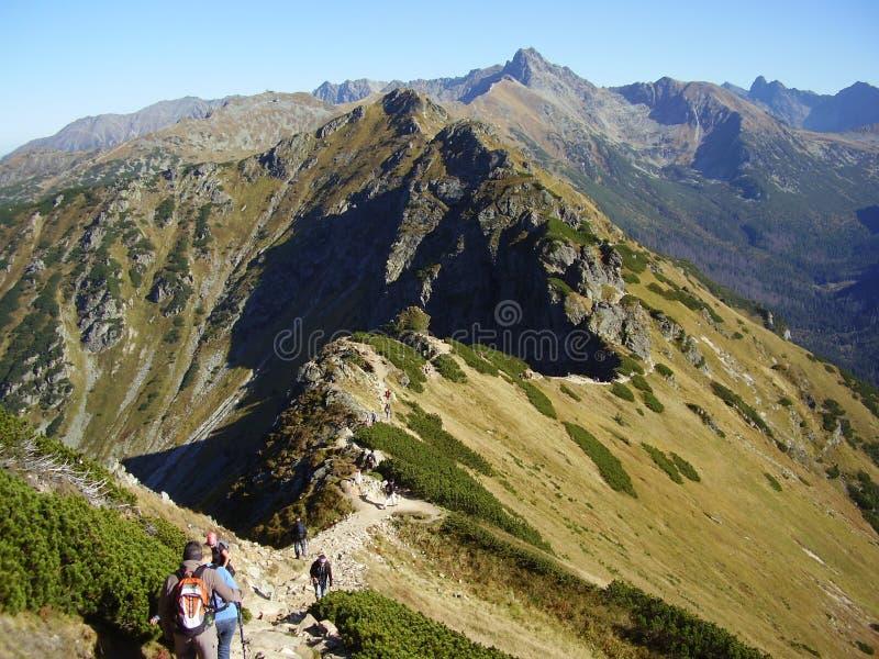 Uno del rastro más hermoso de montañas del pulimento del alto fotos de archivo libres de regalías