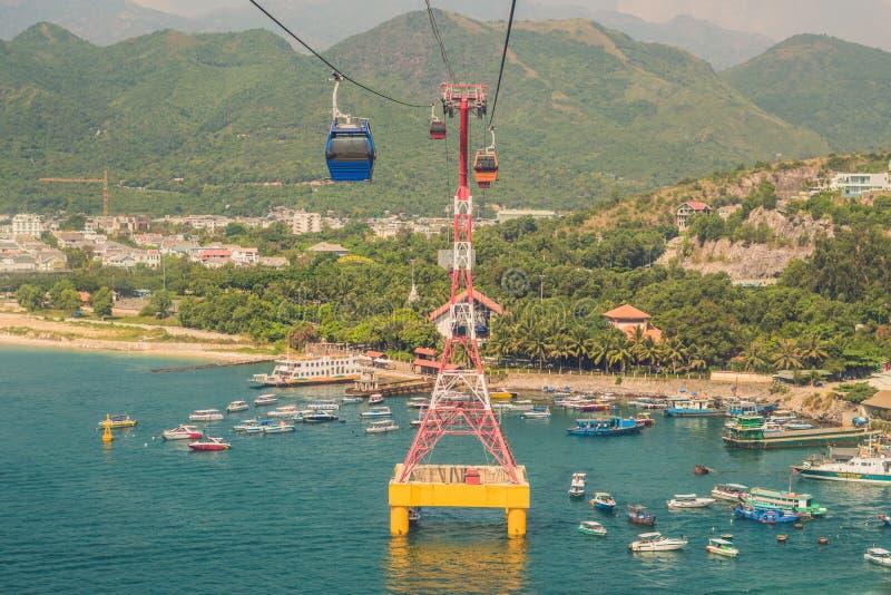 Uno del teleférico más largo del ` s del mundo sobre el mar que lleva a Vinpear fotos de archivo