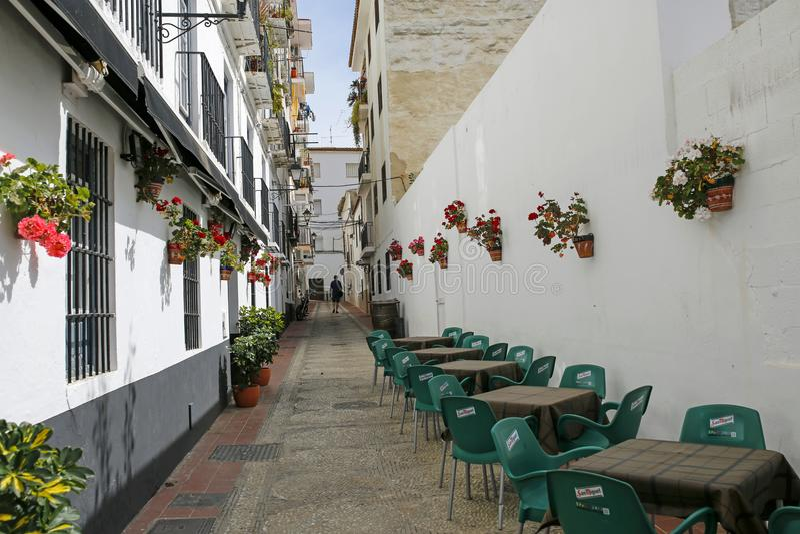 Uno della via stretta affascinante decorata con i fiori a Velez-Malaga, la Spagna fotografie stock libere da diritti
