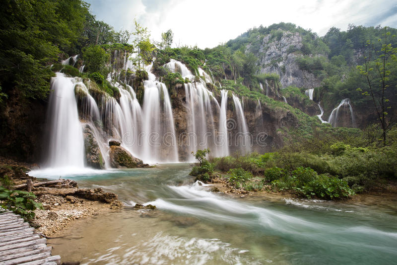 Uno di cascata più bella del parco nazionale dei laghi Plitvice in Croazia immagine stock