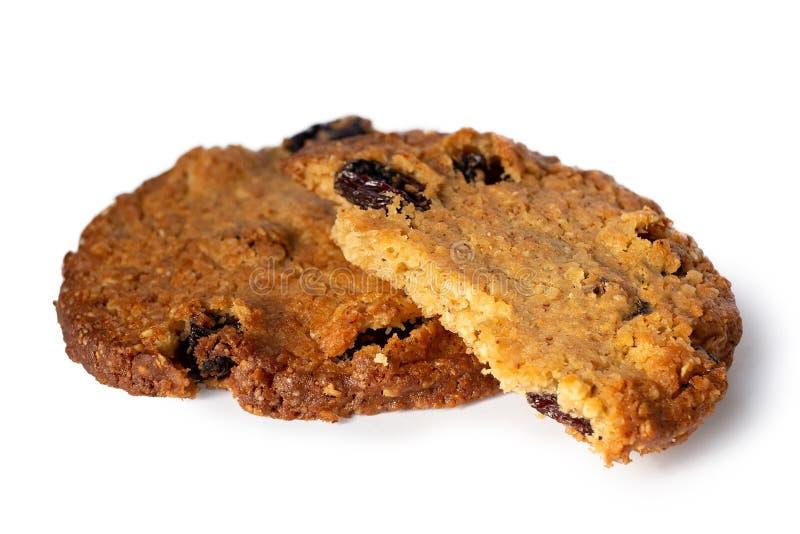 Uno e mezzi biscotti rotondi dell'uva passa e dell'avena isolati su bianco immagini stock