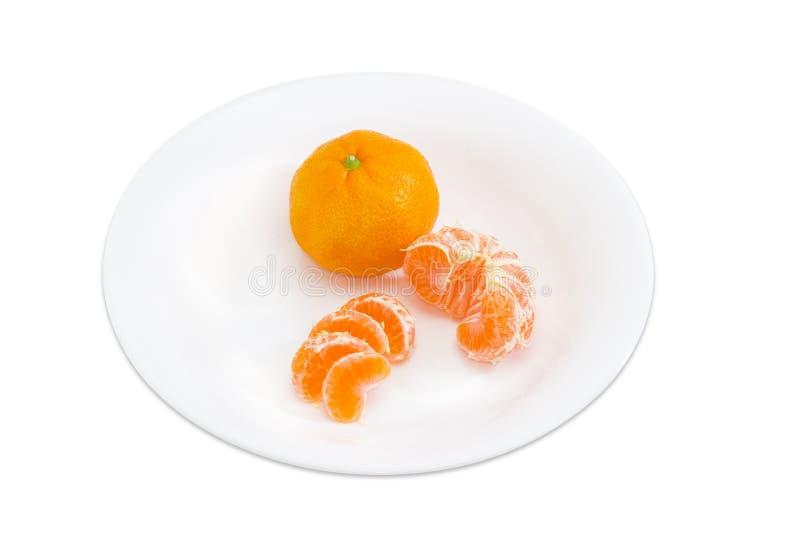 Uno entero y pelado mandarina partida en dos y seccionada fotos de archivo libres de regalías