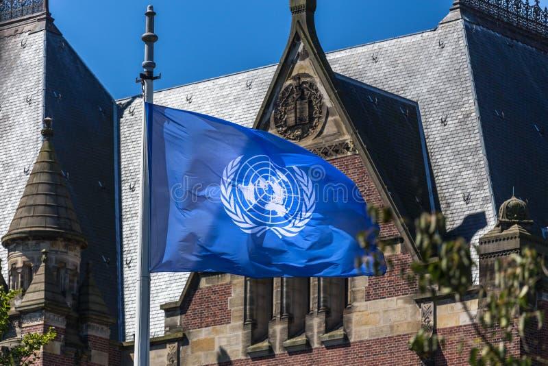 UNO-Flagge vor dem Freiheitspalast Den Haag die Niederlande des Internationalen Gerichtshofs lizenzfreie stockbilder