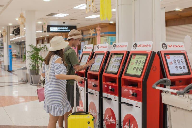 Uno mismo de AirAsia - regístrese los quioscos en el aeropuerto de Chiangmai fotos de archivo