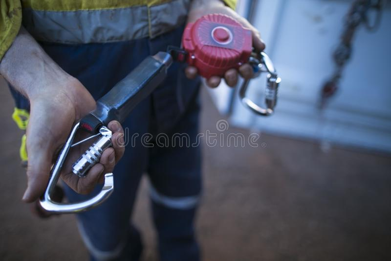 Uno mismo de la detención de la caída que contrae el equipo del dispositivo de seguridad del amortiguador fotos de archivo libres de regalías